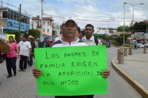 Padres de familia y estudiantes exigen localización de normalistas desaprecidos | Foto: Lenin Ocampo Torres/EFE