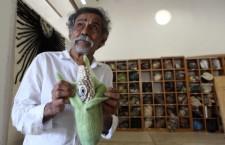 Francisco Toledo con una de sus obras que critica el maíz transgénico |  Foto: Germán Canseco