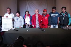 Estela de Carlotto con familiares de desaparecidos de Ayotzinapa | Foto: César Martínez López