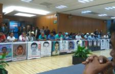 Se reúnen familias de los 43 con PGR; les informan de cambios de funcionarios