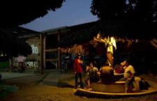 Inmigrantes comparten la cena dentro de La 72 | AP