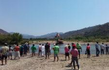 Habitantes de Ometepec inician plantón para detener el saqueo del río Santa Catarina