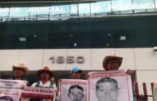 Familias de Ayotzinapa exigen se admita su amparo contra investigación interna de PGR que diluye responsabilidades de funcionarios