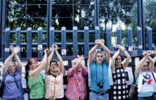 Periodistas y defensores se entregan ante PGR en protesta por #GobiernoEspía