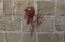 ARCHIVO - En esta imagen del 3 de julio de 2014 se ven orificios de bala y una mancha de sangre en una pared junto a los cadáveres encontrados en un almacén donde hubo un tiroteo entre soldados mexicanos y supuestos delincuentes en las afueras de San Pedro Limón, en el estado de México. (Foto AP/Rebecca Blackwell, Archivo)