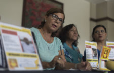 XALAPA, VERACRUZ, 03SEPTIEMBRE2016.- En conferencia de prensa, un grupo de 12 mujeres pertenecientes al colectivo Solecito de Veracruz hablaron sobre los restos humanos hallados en el predio de la Virgen en la zona conurbada del puerto de Veracruz, quienes detallaron que muchos de los cuerpos aún presentaban muestras frescas de piel y residuos orgánicos, además resaltaron la importancia de una nueva implementación de Alerta sanitaria para que se lleven a cabo tomas de muestras de ADN a las diferentes personas que las requieran en los municipios de Córdoba y Orizaba, donde también se lleva a cabo la busqueda de fosas por parte de otros colectivos de familiares. FOTO: KARLO REYES /CUARTOSCURO.COM