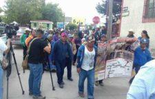 Miembros de la comunidad rarámuri y pequeños productores iniciaron la Marcha por la Dignidad Indígena, que partió ayer del poblado de Creel, municipio de Bocoyna, rumbo a la ciudad de Chihuahua, para exigir a las autoridades el cumplimiento de diversas demandas  La Jornada