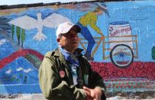 """""""Un niño que toma un pincel difícilmente tomará las armas """": David Flores, muralista"""