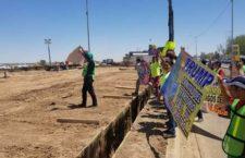 IMAGEN DEL DÍA | Activistas impiden que funcionaria de EU supervise muro en la frontera de Mexicali