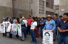Manifestación de las familias ayer frente a la SRE