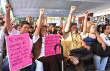 IMAGEN DEL DÍA | Con el puño en alto, reciben damnificados certificados de reconstrucción
