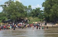 IMAGEN DEL DÍA | Migrantes forman cadena humana para cruzar el Río Suchiate