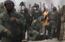 IMAGEN DEL DÍA | Arrestan a líderes religiosos pro-migrantes en la frontera México-EU