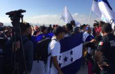 IMAGEN DEL DÍA | Migrantes marchan a consulado de EU, en Tijuana