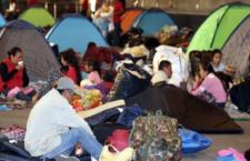 IMAGEN DEL DÍA | Pasan desplazados de Guerrero otra noche en el Zócalo