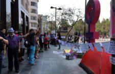 IMAGEN DEL DÍA | Resguardan mujeres antimonumento en CDMX