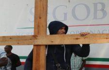 IMAGEN DEL DÍA | Cubano se crucifica en estación migratoria de Chiapas