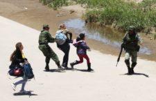 IMAGEN DEL DÍA   Imagen de militares jaloneando mujeres migrantes aviva las críticas