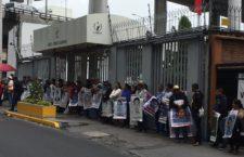 Familiares de normalistas de Ayotzinapa se manifiestan por irregularidades en investigación