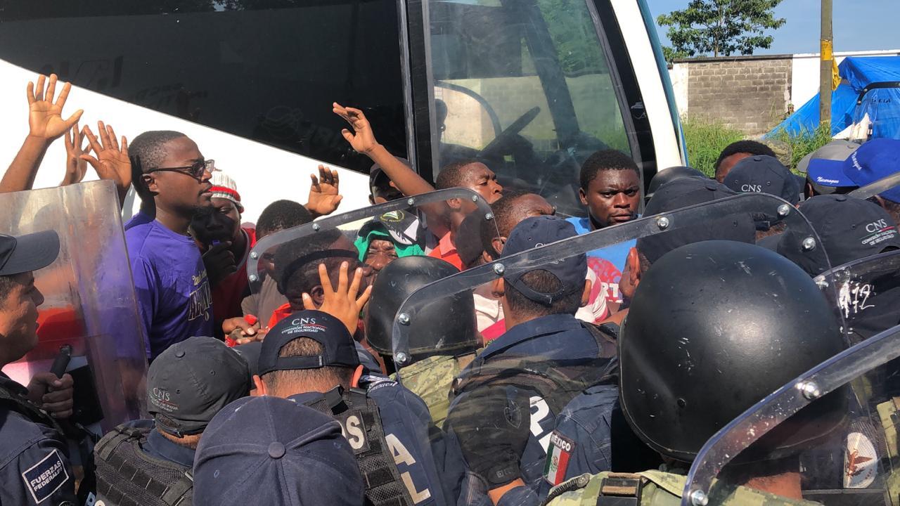 IMAGEN DEL DÍA | Policías federales agreden a migrantes y periodistas en Chiapas