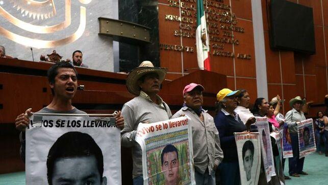 IMAGEN DEL DÍA | Por presión de familias, Congreso de Guerrero crea comisión del caso Ayotzinapa