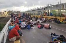 IMAGEN DEL DÍA | Se plantan migrantes en cruce a Estados Unidos