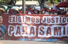 CUERNAVACA, MORELOS, 01MAYO2019.- Miles de personas participaron en las diversas marchas que se realizaron para conmemorar el día del trabajo en la capital del estado. En la imagen una manta donde se exige justicia en el caso del asesinato del activista social Samir Flores. FOTO: MARGARITO PÉREZ RETANA /CUARTOSCURO.COM