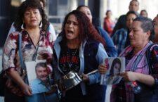IMAGEN DEL DÍA | Realizan 'cacerolazo' frente a FGR por casos de desaparecidos