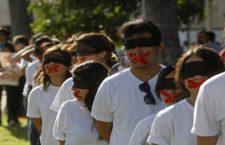 GUADALAJARA, JALISCO. 26SEPTIEMBRE2015.- A un año de los hechos violentos que se registraron en Iguala, Guerrero, en donde estudiantes de la normal rural de Ayotzinapa fueron atacados por policías municipales y federales y en donde hasta la fecha 43 de ellos se encuentran desaparecidos, esta tarde cientos de personas de diversas organizaciones marcharon de distintos puntos de la ciudad hacia la Plaza de la Liberación para exigir la aparición de los estudiantes con vida. FOTO: FERNANDO CARRANZA GARCIA/ CUARTOSCURO.COM