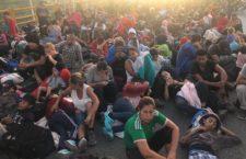 Migrantes piden a AMLO cruzar por México; ONG denuncian fallas en la atención a la caravana