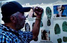IMAGEN DEL DÍA | Protestan ante la FGR familiares con fotos de desaparecidos