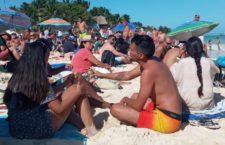 IMAGEN DEL DÍA | Bañistas organizan picnic masivo en Q Roo en protesta por el desalojo de 2 turistas