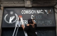 """CIUDAD DE MÉXICO, 06SEPTIEMBRE2020.- Colectivas feministas que mantienen tomadas las instalaciones de la Comisión de Derechos Humanos de la Ciudad de MÉXICO (CNDH) desde hace tres días no han tenido respuesta y solución a sus demandas, durante el día renombraron simbólicamente el inmueble como """"Casa de Refugio ni una menos México"""". FOTO: GRACIELA LÓPEZ /CUARTOSCURO.COM"""