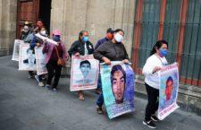 Ayotzinapa: Ante AMLO, denuncian familias que Ejército dosifica la información