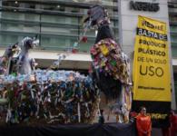 Devela Greenpeace que producción de envases de plástico alimenta el cambio climático