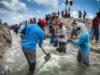 """IMAGEN DEL DÍA   """"A brazos cansados"""", abren ikoots bocabarra para drenar inundación de comunidades"""