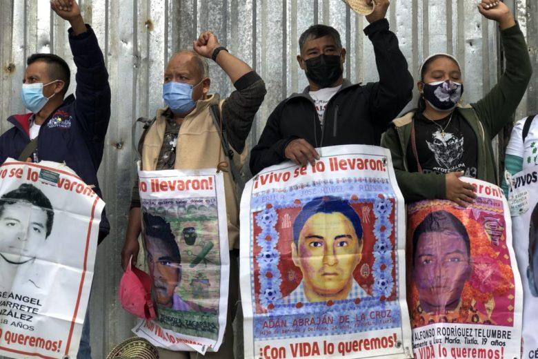 """IMAGEN DEL DÍA   Padres de los 43 normalistas """"toman"""" la Fiscalía General de la República"""