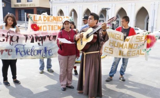 Migrantes y personal de La 72 piden 'posada' ante el Instituto Nacional de Migración