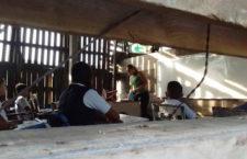 Aulas de palo, butacas en ruinas, maestros sin salario