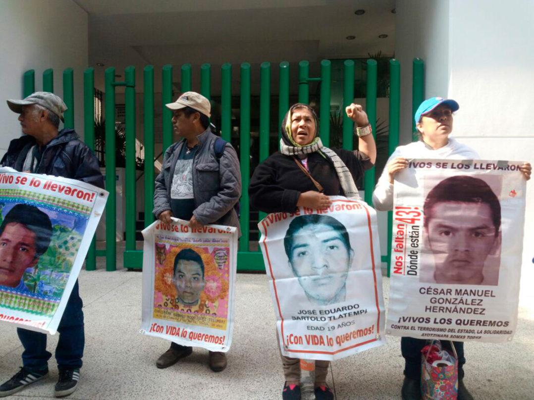 Padres y madres de los 43 de Ayotzinapa protestan en oficinas de la PGR