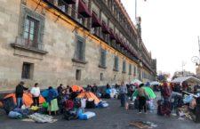 IMAGEN DEL DÍA   Desplazados de Guerrero levantan plantón de Palacio Nacional tras 38 días