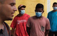 """TECUN UMAN, GUATEMALA, 04OCTUBRE2020.- Pocos migrantes de la caravana que salió hace unos días de Honduras se pueden observar dispersados en esta ciudad, en sus rostros se mira la incertidumbre de que en cualquier momento militares o policías los obliguen a subir a un autobús y llevarlos de regreso a su país natal, de donde vienen huyendo de la inseguridad, violencia y corrupción. Por la mañana algunos hondureños se acercaron a la Casa del Migrante para recibir un desayuno, sin embargo, no todos lo hicieron por temor a los operativos que los obligan a regresar de """"manera voluntaria"""" a su país de origen.  FOTO: ISABEL MATEOS /CUARTOSCURO.COM"""