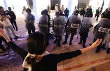 CANCÚN, QUINTANA ROO, 09NOVIEMBRE2020.- Mujeres protestaron por el feminicidio de Bianca Alejandrina, las inconformes realizaron pintas en el edificio del gobierno local pero fueron agredidas por policías que salieron del lugar haciendo disparos al aire, se habla de una persona herida, varias de las manifestantes fueron detenidas. FOTO: ELIZABETH RUIZ/CUARTOSCURO.COM