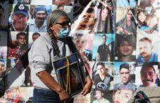 IMAGEN DEL DÍA | Acuden familiares de desaparecidos a morgue del IJCF en Guadalajara