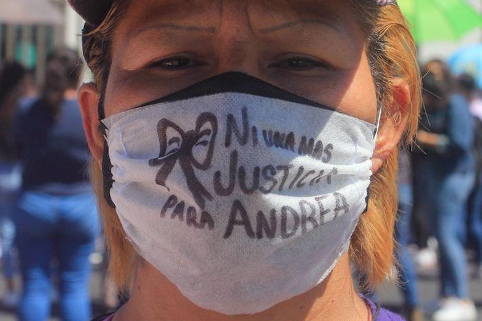 NEZAHUALCÓYOTL, ESTADO DE MÉXICO, 03ABRIL2021.- Familiares de Andrea, víctima de feminicidio, amigas  y mujeres de colectivas feministas acudieron al Juzgado del Estado de México Poder Judicial para exigir justicia para que Brayan, novio de la víctima y presunto culpable, quién se encuentra retenido cumpla su condena y no quede en libertad. Andrea, de 21 años, fue encontrada sin signos vitales en un hotel, en donde acudió con su novio y las autoridades no les mostraron el cuerpo a los familiares y sólo pudieron reconocerlo a través de fotografías. Los seres queridos de Andrea informaron que ella sufría de violencia por parte de su novio, con quién mantuvo una relación de tres años.  FOTO: GRACIELA LÓPEZ /CUARTOSCURO.COM