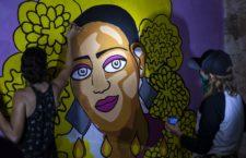 Dos mujeres pintan un mural a las afueras del Palacio Municipal de Tulum (Quintana Roo) en honora a la salvadoreña Victoria Salazar, asesinada a manos de la policía.