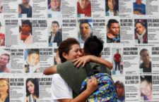 IMAGEN DEL DÍA | Familiares de desaparecidos pegan losetas con imágenes en Jalisco