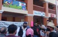 IMAGEN DEL DÍA | Protestan en Ayutla Mixe ante director de Comisión Estatal de Agua