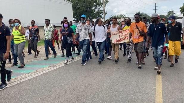 IMAGEN DEL DÍA | Protestan haitianos para que los dejen salir de Chiapas